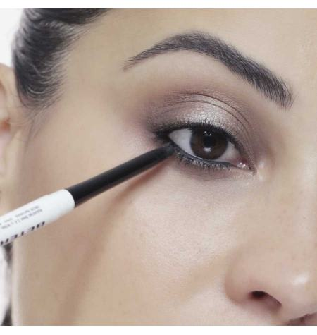 Eyeliner com difuminador. Efeito de veludo