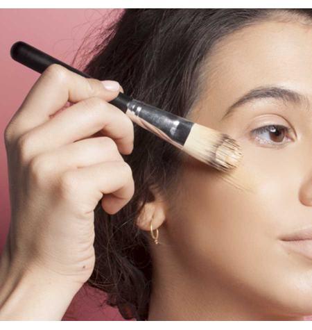 Brocha de maquillaje líquido. Pelo sintético
